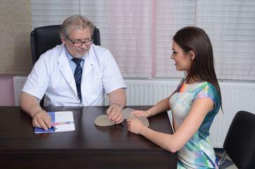 Chirurg plastyczny Jerzy Wilgus podczas konsultacji